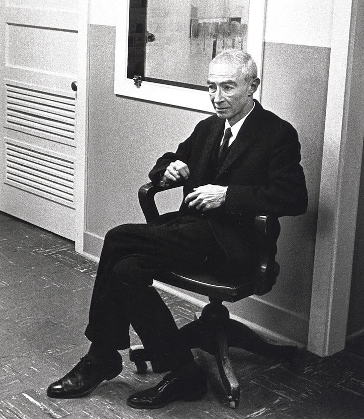 Oppenheimer_Robert_during_1965_visit_to_the_lab_PUB582981