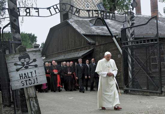 pope-at-auschwitz1