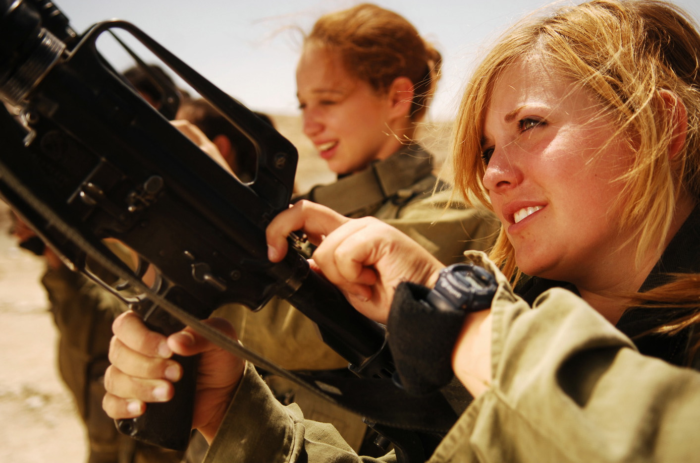 Flickr_-_Israel_Defense_Forces_-_Female_Soldiers_Unload_their_Weapons