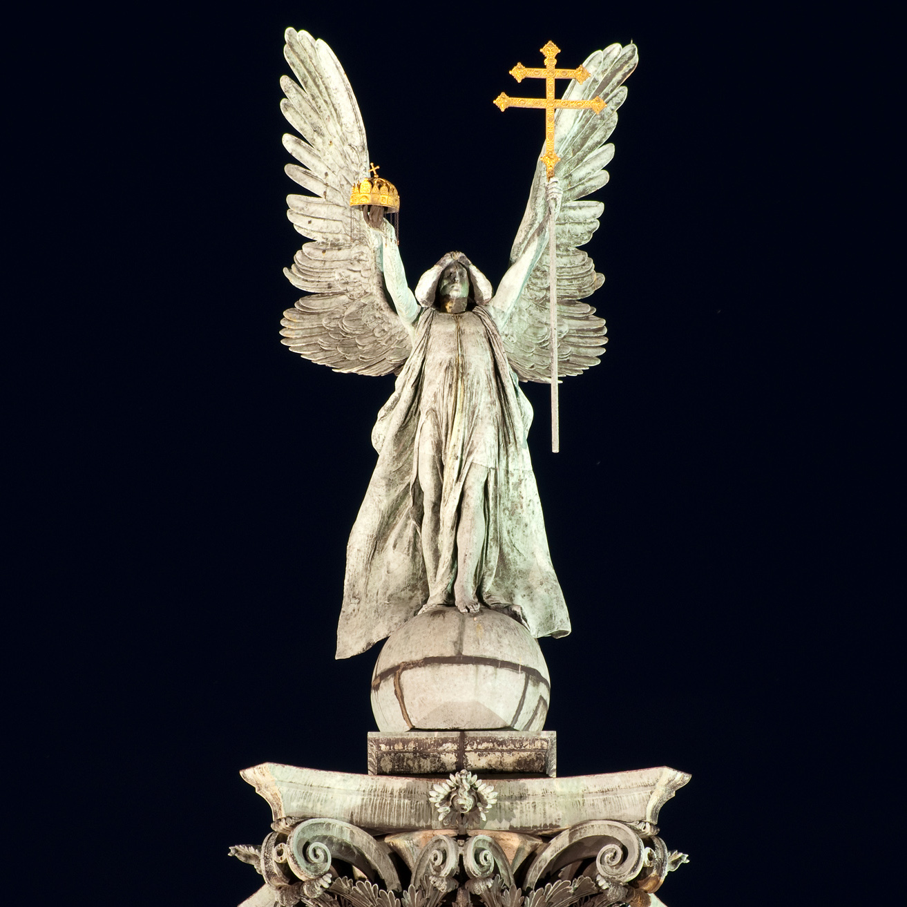 Gabriel_archangel's_statue_by_night