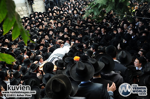 JERUSALEM, ISRAEL - NOVEMBER 8, 2011 - By the levayah of HaRav Nosson Tzvi Finkel ZATAL, Rosh HaYeshiva of Mir Yerushalayim --- Asher Fine - Kuvien Images